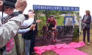Giro di Berg en Dal, onthulling 'selfiebord' Zevenheuvelenweg door oud-profwielrenner Maarten Tjallingii